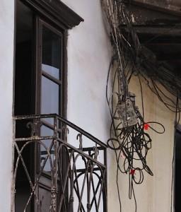 Пучок телекоммуникаций на домах в Куско.